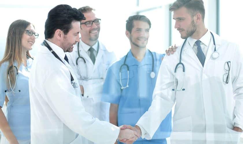 médecins se serrant les mains